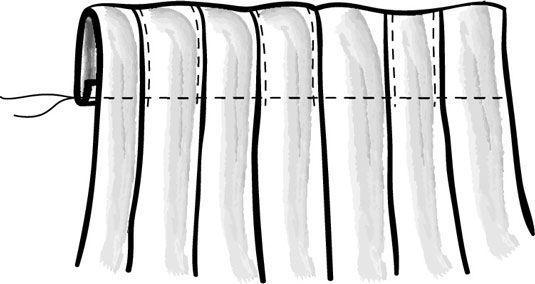 Dobrar e costurar o painel plissado da cortina para criar a manga haste.
