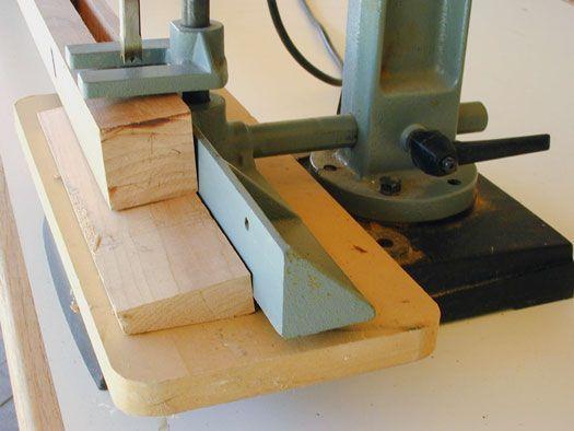 Para fazer um encaixe angulada, apoiar a sua peça em um ângulo e corte como de costume.